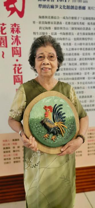 88歲阿嬤張緞展出立體陶板「起家(雞)」。(葉志雲攝)