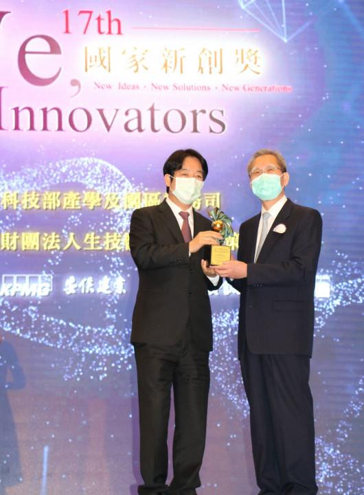副總統賴清德(左)頒獎表揚。