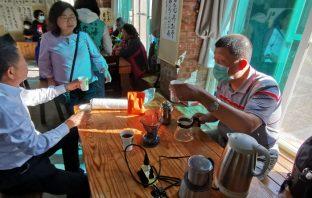 台灣視障慈善協會理事長歐原昌(右)沖泡的瞎味咖啡受歡迎。(葉志雲攝)