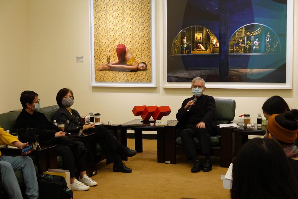 國美館長梁永斐(中)與青年藝術家座談情形。