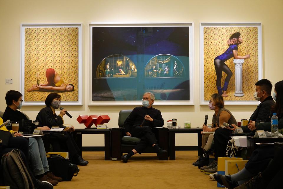 國美館長梁永斐(中)與青年藝術家座談,研究組長蔡昭儀回應。