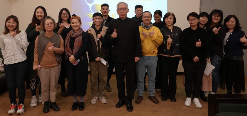 國美館長梁永斐(中)與青年藝術家第一場座談合影。