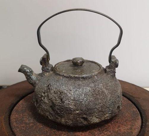 看似「鐵壺」的陶壺
