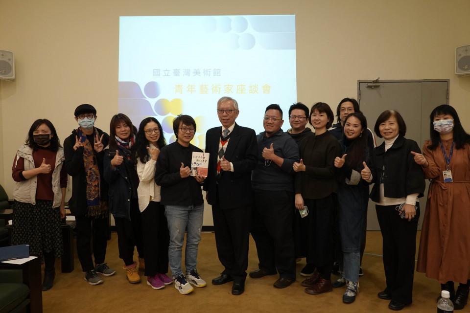 美館長梁永斐(中)與青年藝術家第二場座談合影。