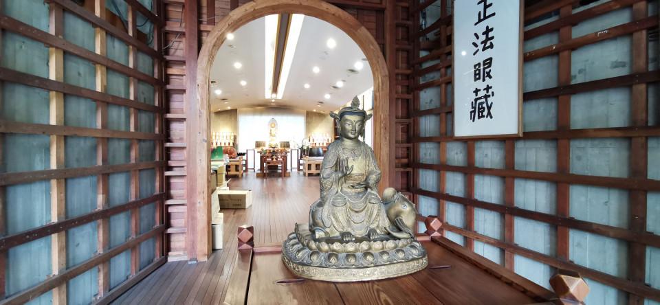 菩薩寺大年初一至初三可供智慧燈。(葉志雲攝)