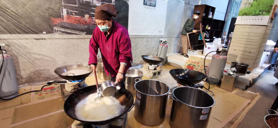 菩薩寺志工忙著煮臘八粥。(葉志雲攝)
