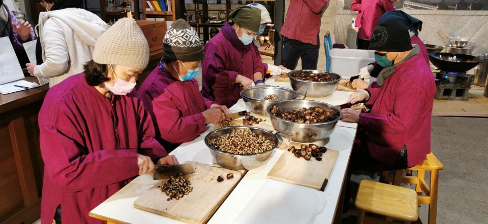 菩薩寺志工為製作八粥專注準備食材。(葉志雲攝)