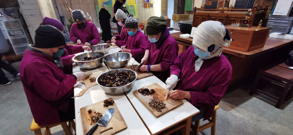 菩薩寺臘八粥製作志工來自各方。(葉志雲攝)