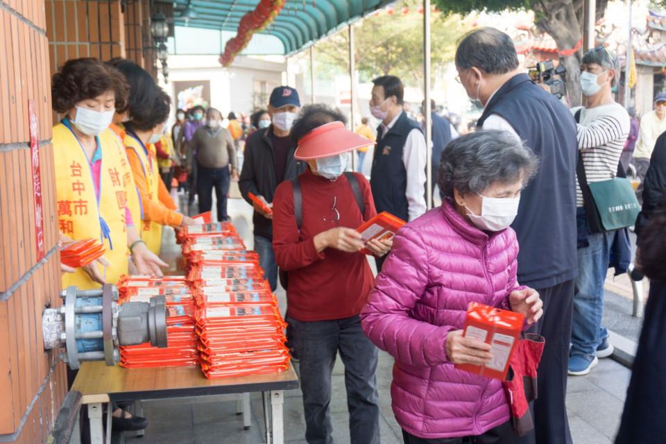 萬和宮謝斗法會,取消平安粥,改發平安夀麵,依舊頗受歡迎。