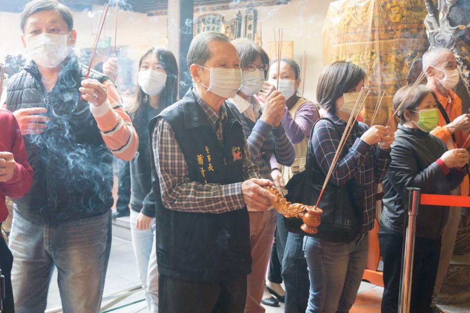 萬和宮謝斗法會,董事長蕭清杰虔誠參拜。