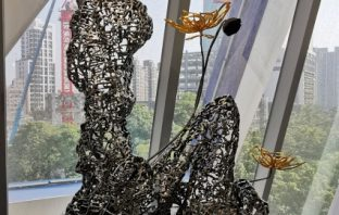 許文融展出的雕塑「在水一方」。(葉志雲攝)