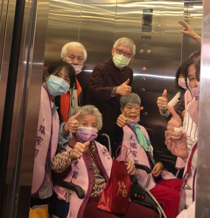國美館長梁永斐陪同長者試搭乘新電梯