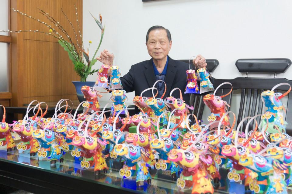 萬和宮董事長蕭清杰拿著小提燈,向鄉親們拜早年。
