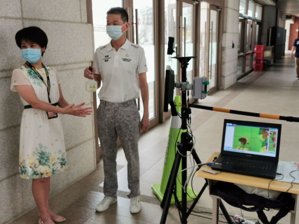 葳格中學部校長張祝芬(左)與家長會總會長黃錦章關心學校防疫措施