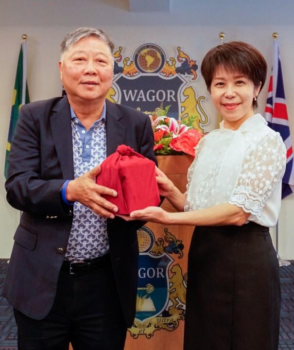 葳格創辦人袁昶平(左)授予張祝芬校長印信