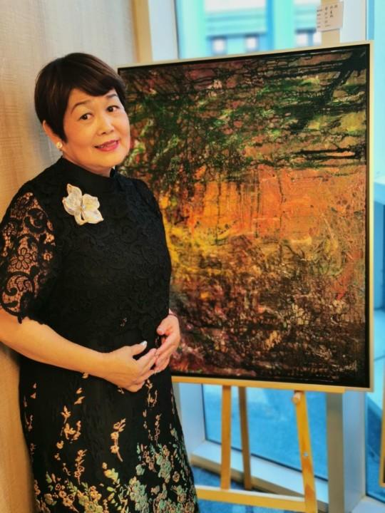 蔡綠綠和她展出的油畫「陷」