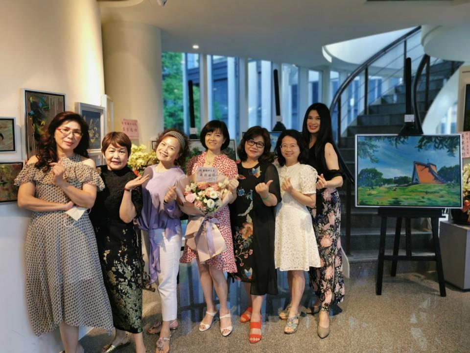 藝術家張若琳(中)和蔡綠綠、徐鳳嬌、陳虹妙、華林玉涵、詹貴珠、蘇美貴等6位藝壇新銳
