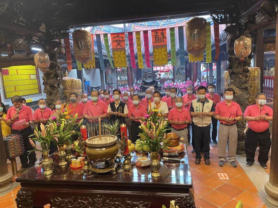 萬和宮中元普度法會,蕭董事長率領董監事與貴賓舉行開香儀式。