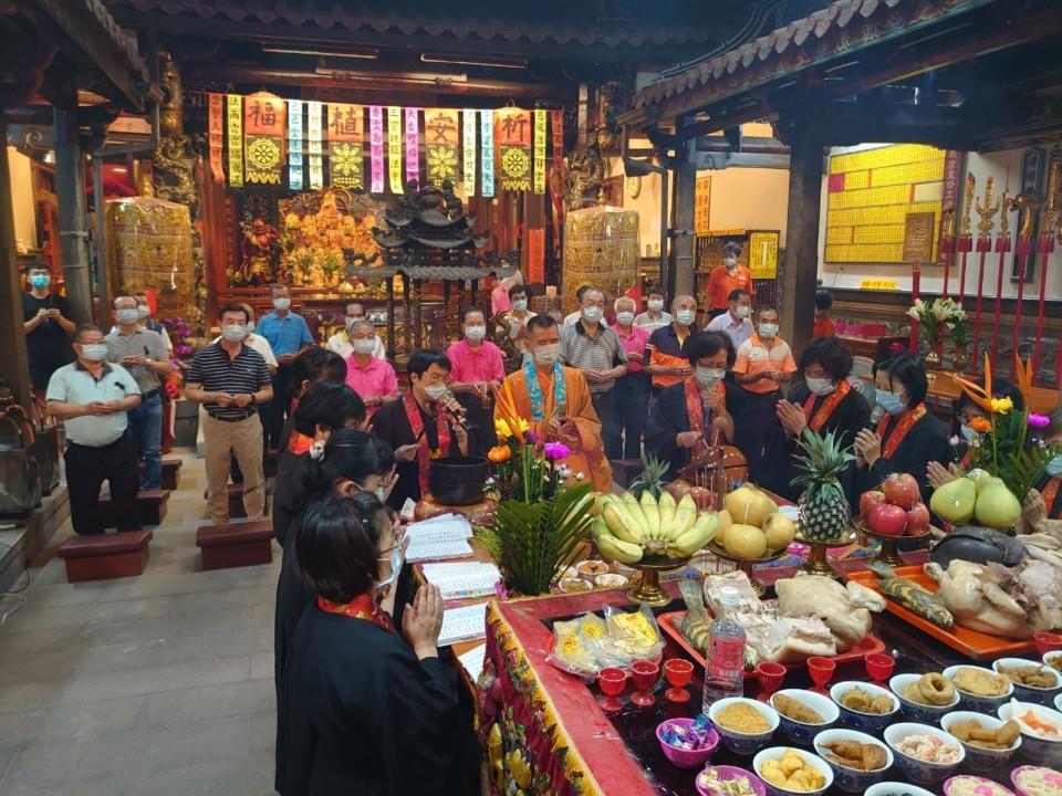萬和宮董事長蕭清杰昨天深夜子時率領董監事敬拜三界公揭開中元節普度法會活動。