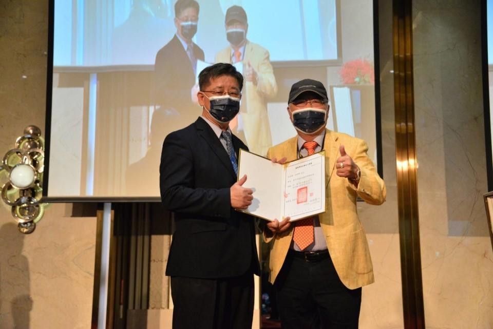 葳格國際學校創辦人袁昶平布達總校長林坤燦(左)